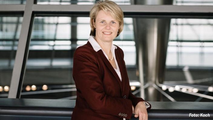 Armin Laschet gratuliert Anja Karliczek zur Wahl zur Parlamentarischen Geschäftsführerin der CDU/CSU-Bundestagsfraktion