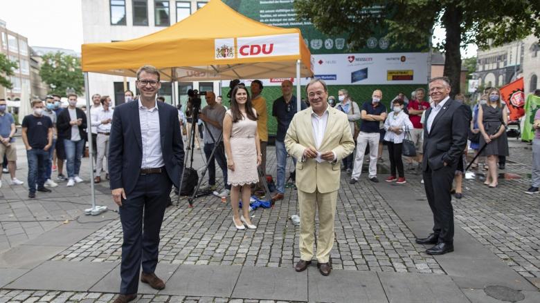 Jan-Philipp Büchler, Natalie Goldkamp, Ministerpräsident Armin Laschet und Landrat Hans-Jürgen Petrauschke