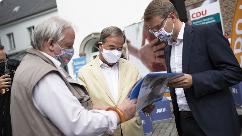 Armin Laschet und Jan-Philipp Büchler im Gespräch mit einem Bürger